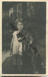 Kleiner Junge mit grossem Hund - Foto-Ansichtskarte