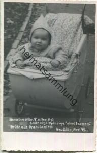 Einjährige im Kinderwagen in Berlin Neukölln 1944 - Foto-Ansichtskarte