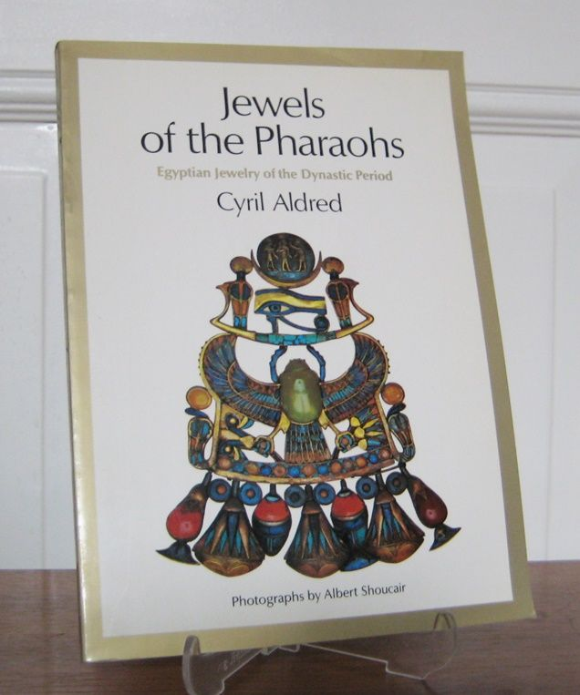 Aldred, Cyril (Text) and Albert Shoueair (Fotografien): Jewels of the Pharaohs. Egyptian Jewellery of the Dynastic Period.