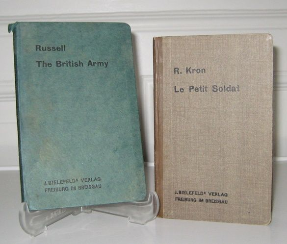 Russell, R. J. and R. Kron: The British Army. Introducing Military Expressions and Institutions, obtaining in the British Empire and the United States. + Zugabe: Le Petit Soldat. Manuel des Principales Institutions Militaires et Guide Pratique en Pays Enn