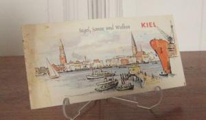 Fremdenverkehrs- und Ausstellungsamt der Stadt Kiel (Hrsg.): Kiel - Segel, Sonne und Wolken. Graphische Gestaltung: Age Nissen. Text: Dr. J. Arp. Illustriertes Informationsblatt über Kiel.