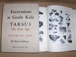 Goldman (Editor), Hetty, George M.A. Hanfmann (Contributor) and Edith Porada (Contrib.): EXCAVATIONS AT GÖZLÜ KULE, TARSUS. The Iron Age. 2 Bände. VOLUME III. TEXT and PLATES (2 Vol.).