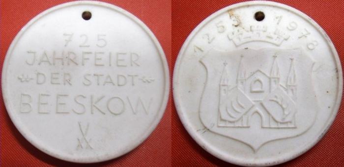 Beeskow. -Meissen. - Meissner Porzellan-Medaille zur 725 Jahrfeier der Stadt Beeskow. 1253-1978 mit Stadtwappen auf der Vorderseite. 0