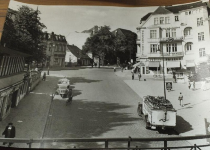 Berlin Teltow. - Zwei Originalfotos. 1. Ecke Teltower Damm - Anhaltiner Straße - Gartenstraße. 2. Strandcafe am Kleinen Wannsee mit Schoner-Brigg Dorothea.