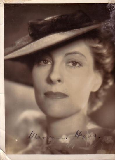 Hoppe, Marianne: Marianne Hoppe. Schwarz-Weiß-Foto mit Autogramm. Foto: Tobis / Magna. Aus dem Film 'Der Herrscher' (1937) in der Regie von Veit Harlan.