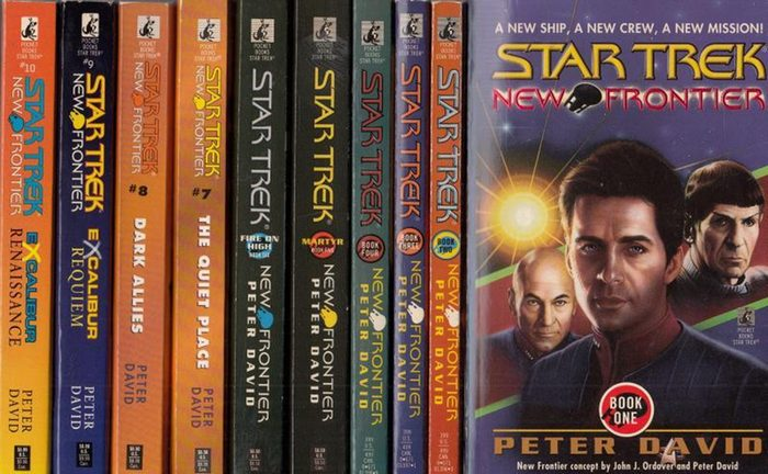 David, Peter: Star Trek New Frontier - Lückenloses Konvolut bestehend aus 10 Büchern der Reihe, enthalten sind: 1. House of Cards / 2. Into the Void / 3. The Two-Front War / 4. End Game / 5. Martyr / 6. Fire on High / 7. The Quiet Place / 8. Dark Allie...