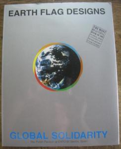 Serwatowski, Wladyslaw (ed.) - Mimmo Castellano, David Hillmann und Niki Kloss: Earth Flag Designs, Global Solidarity, The Polish Pavillon at EXPO'92 Seville, Spain. Mit Beiträgen von Mimmo Castellano, David Hillmann und Niki Kloss.