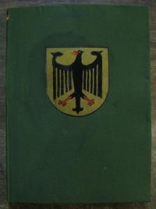 4° ( 29,5 x 21 cm). Grüner OriginalLeinenband mit von Hand coloriertem farbigen BundesWappen Deutschlands und kleiner, montierter Fahne der Bundesrepublik am oberen Rücken. Der Vorderdeckel ist um das Wappen herum etwas feuchtrandig. Mit Goldfarbe hand...