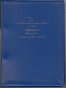 8°. Blauer Kunststoff-Ordner. Darin eingeheftet: 37 (1) Seiten, sodann die Anlagen 1 - 13, zum Teil ausfaltbar und nicht durchgehend paginiert. Sauber und gut erhalten.