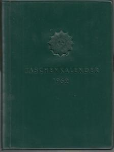 Originalbroschur, 14 x 11 cm. 240 Seiten mit Kalendarium, vielen einfarbigen Abbildungen im Text sowie einem Anhang mit farbigen Abbildungen (u.a. Dienstgradabzeichen, Verkehrszeichen). Gut erhalten.