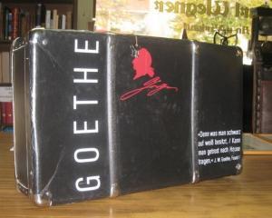 Ca. 37,5 x 63 cm (Kofferformat) / ca. 18,5 x 11, 8 cm (Buchformat). 33 uniforme Original Paperback-Bände mit ca. 30.000 Seiten sowie 400 Abbildungen, noch foliert verpackt in 3 Pappschuber. Originaler, abschließbarer, schwarzer Deko-Koffer. Der Koffer ...