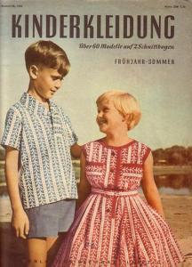 Janusch, Antonie (Redaktion): Kinderkleidung. Über 60 Modelle auf 2 Schnittbogen.