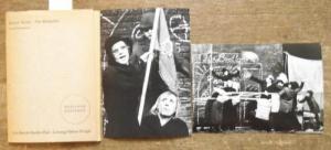 Brecht, Bertolt. - Berliner Ensemble, Helene Weigel (Ltg.): Brecht : Der Brotladen. - 8 Aufführungsfotos der Premiere: Christine Gloger / Agnes Kraus / Heinrich Scgramm / Peter Kalisch / Hermann Hiesgen / Heinrich Schramm / Werner Dissel u.a.