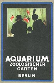 Zoo Berlin Führer durch das Aquarium (Besucher vor Becken)