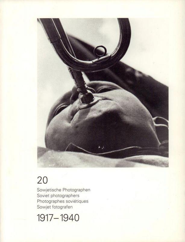 """20 Sowjetische Photographen / Soviet photographers / Photographes sovi´tiques / Sowjet fotografen. 1917-1940. (Katalog zur Ausstellung """"Early Soviet Photography 1917-1940"""". Photo-Auswahl von Grigory Chudakov [Grigorij Cudakov], Moskau, Rikje ..."""