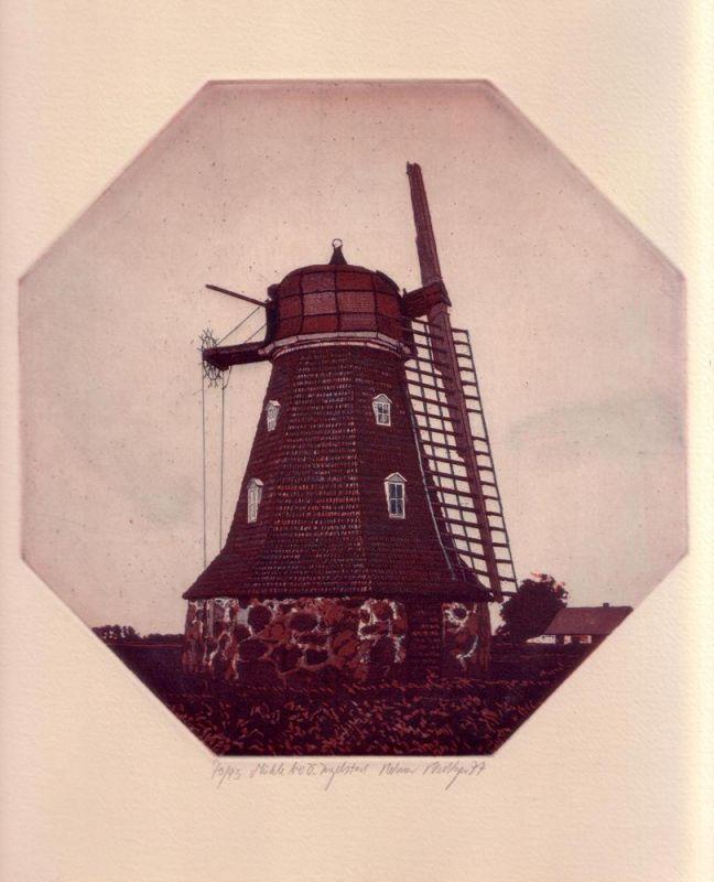 Riediger, Reimer. Mühle bei O. Ingelstad. Aquatintaradierung von achteckiger Platte in Schwarz, Dunkelrotbraun, Grün und Weiß.