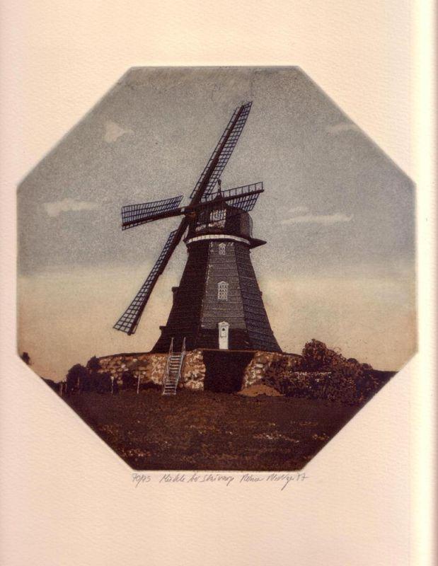 Riediger, Reimer. Mühle bei Skivarp. Aquatintaradierung von achteckiger Platte in Hellbraun, Mittelblau u. Weiß.