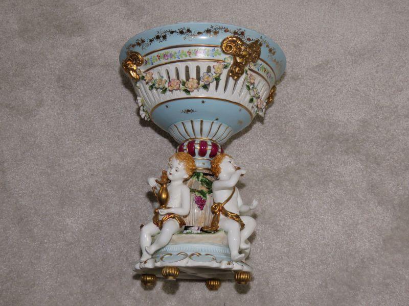 Sie bieten hier auf eine Wunderschöne und sehr dekorative Porzelan Vase, oder Obstschale   Ein seltenes Sammlerstück sehr gut erhalten. (siehe die Bilder, diese gehören zur Auktionsbeschreibung)  Maße: Höhe 46 cm. Breite Oben (Durchmesser): 35...
