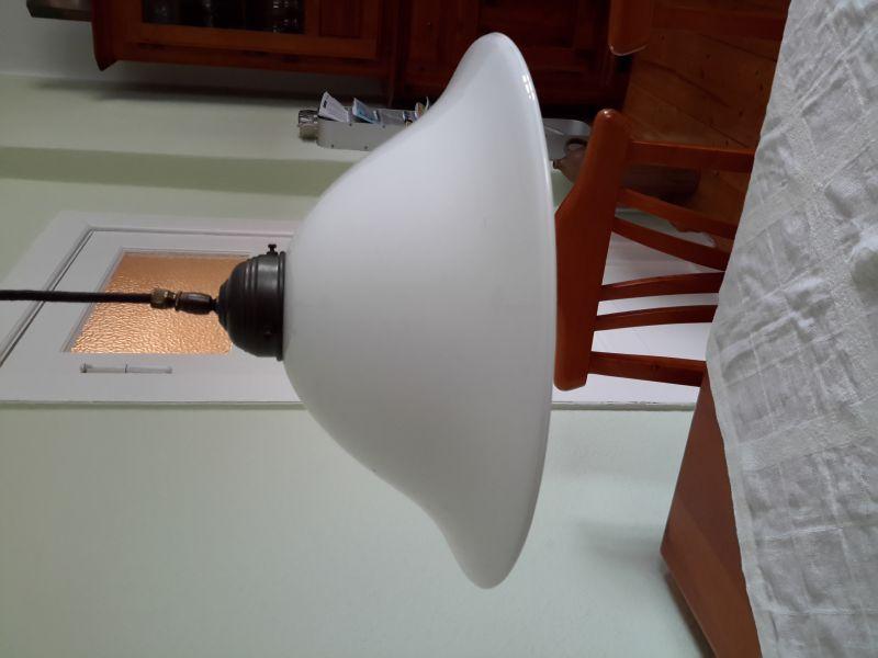Berliner Lampenmanufaktur, Pendelleuchte mit Ausgleichsgewicht, Rolle und mundgeblasenem Schirm (35 cm), Einzelleuchte, einwandfreier Zustand, braunes textilummanteltes Kabel, Fassung E27 2