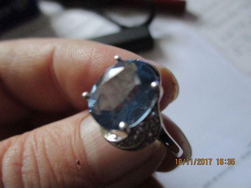 Silberring,Farbwechsel-Fluorit,925-silber,stein hat ein gewicht von 2,75 ct,und kommt aus brasilien 12 kl. topase verzieren diesen noch