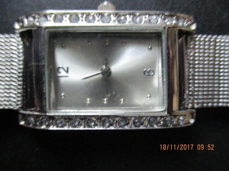 Damenuhr,eine elegante schmuckuhr.eine zierde für ihr handgelenk.im silber-look und 20 funkelnde schmucksteine unterstreichen das feminine design