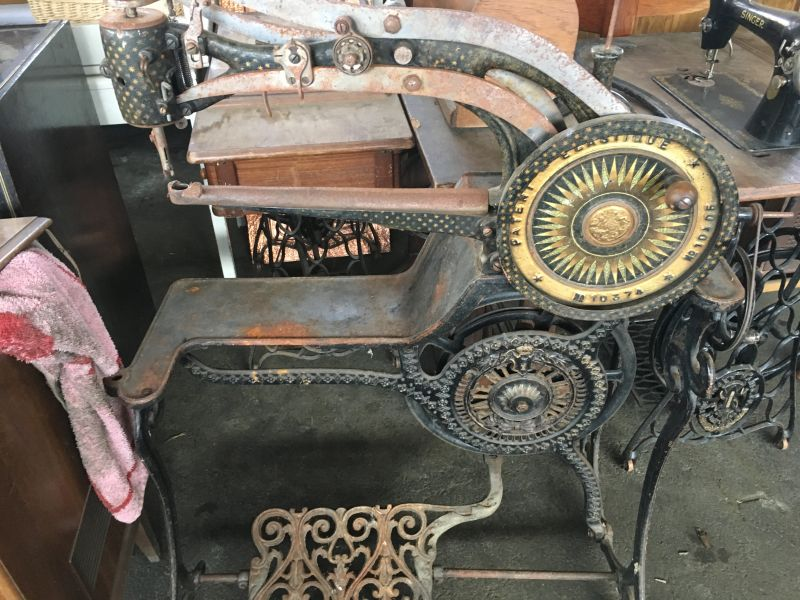 antike Nähmaschinen und Sattlermaschinen