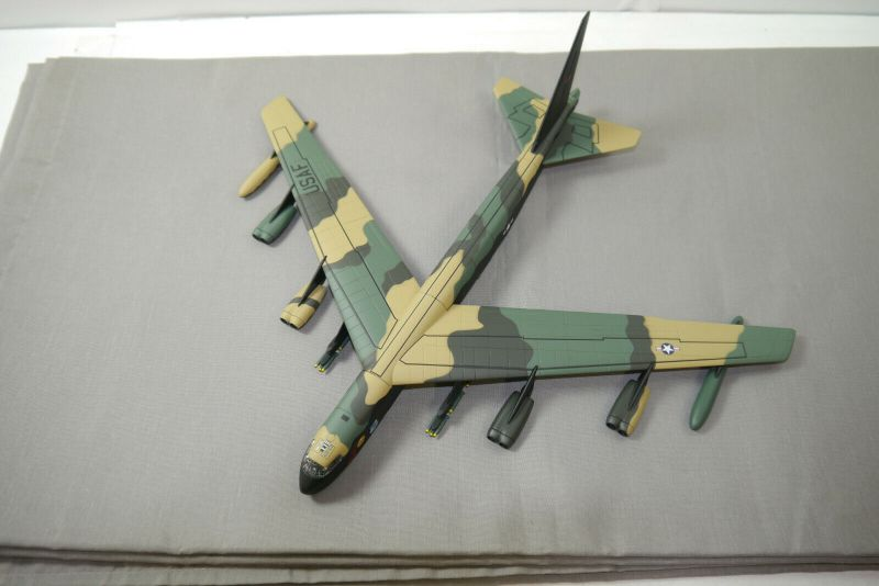 Corgi AA33503 B-52 Boeing Stratofortress  Flugzeug 1:144  (F28)