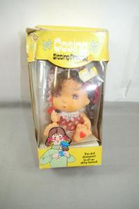 Cosina Sitting Pretty Doll Puppe ca. 12cm Vintage Hong Kong  mit OVP (K48)
