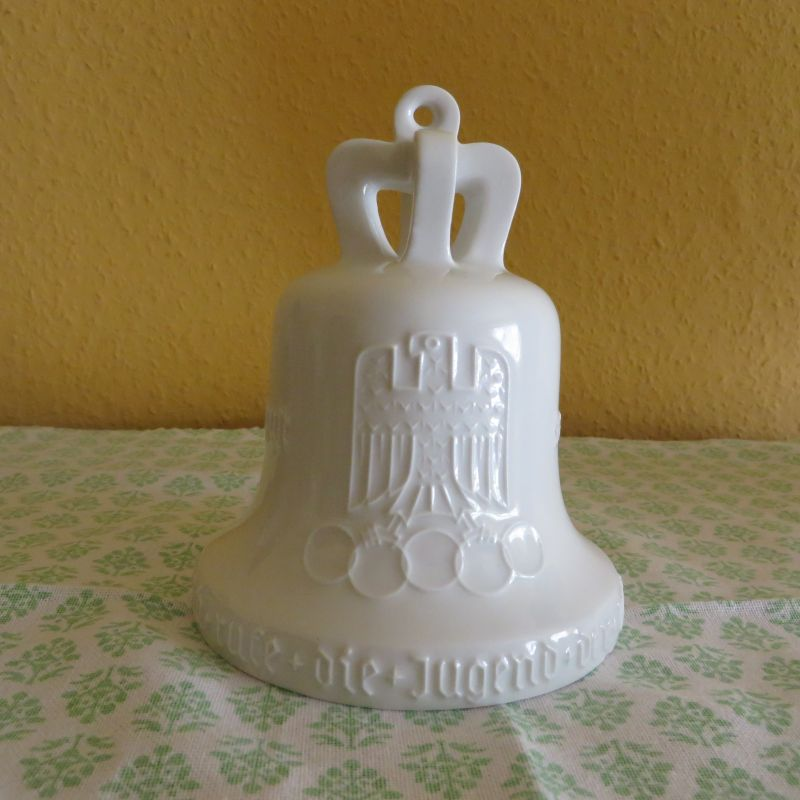 Eine originale und seltene Glocke aus weißem Porzellan zur Erinnerung an die Olympischen Spiele 1936 in Berlin.