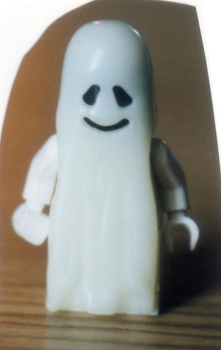 Kleines weißes Gespenst aus Kinderüberraschung