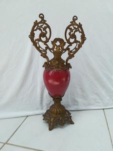 Deko. Keramik (rotfarbig) und Metall.