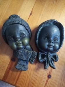 2 Kinderköpfe: Junge und Mädchen. PERKEO Farbe: dunkelgrau. Zum aufhängen, Rückseite ist flach.