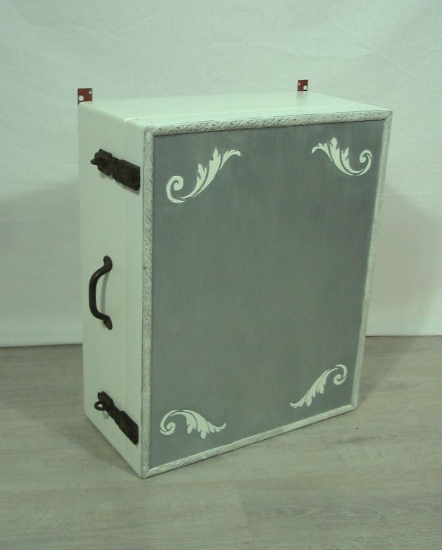 Alter Holz HÄNGESCHRANK aus altem Koffer in shabby weiß-silber, handbemalt