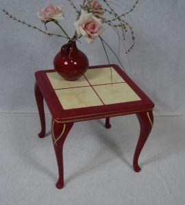 50er Beistelltisch Chippendale Stil, Blumenhocker, kunstvoll verschönert in Rubin-Rot, 4 Keramik Fliesen beige, CH Carlon Kleinmöbel