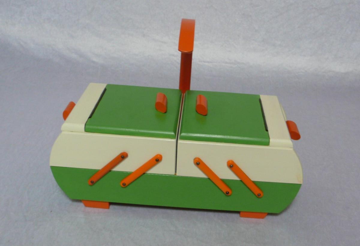 Antiker Nähkasten 2 Ebenen Akkordeon Auszug original Grün Creme Orange aus der Art Déco Era, 30er 40er 2