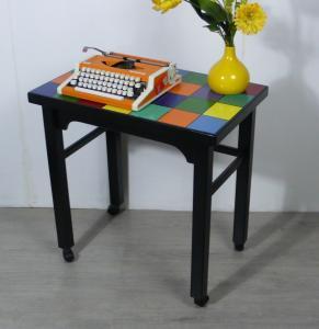 Beistelltisch Laptop Tisch Schreibtisch auf Rollen, Vollholz, schwarz + bunte Quadrate, handbemalt