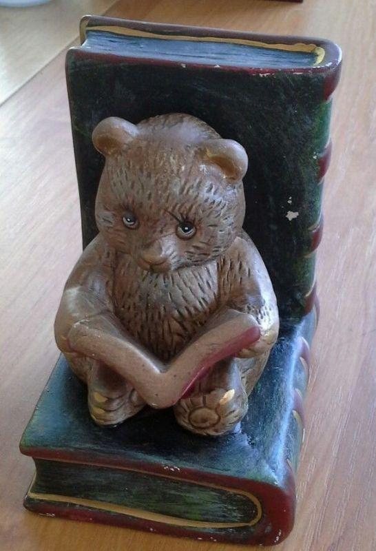 alte Buchstütze mit  lesendem Teddy