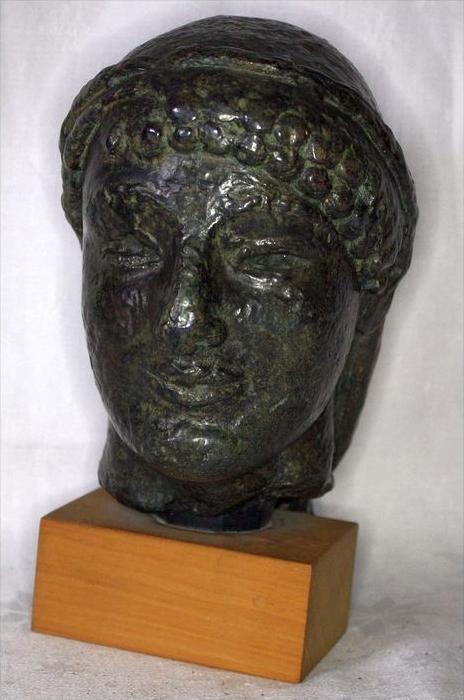 Büste im römischen StilBronze ? auf, Holzsockel,Maße: ca. H. 20, D. 11 cmGewicht: 2,65 kgZustand: Gut 0