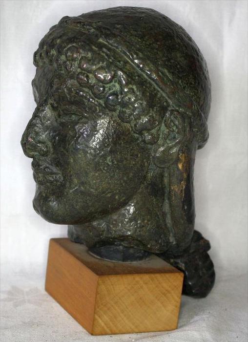 Büste im römischen StilBronze ? auf, Holzsockel,Maße: ca. H. 20, D. 11 cmGewicht: 2,65 kgZustand: Gut 1