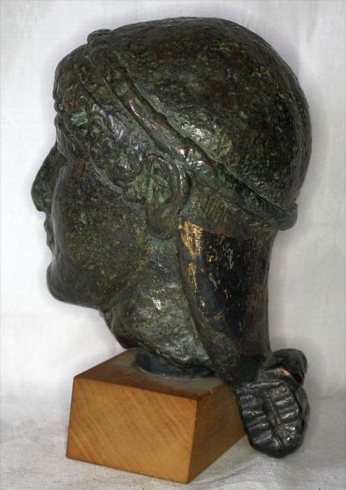 Büste im römischen StilBronze ? auf, Holzsockel,Maße: ca. H. 20, D. 11 cmGewicht: 2,65 kgZustand: Gut 2