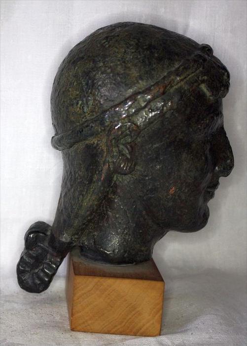 Büste im römischen StilBronze ? auf, Holzsockel,Maße: ca. H. 20, D. 11 cmGewicht: 2,65 kgZustand: Gut 4