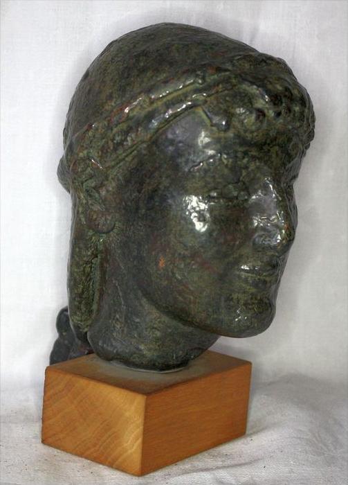 Büste im römischen StilBronze ? auf, Holzsockel,Maße: ca. H. 20, D. 11 cmGewicht: 2,65 kgZustand: Gut 5