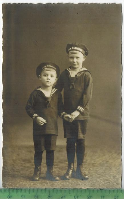 Zwei Jungen im Matrosenanzug  um 1920/1930 Verlag: ,  POSTKARTE,  Erhaltung: I-II,  Karte wird in Klarsichthülle verschi