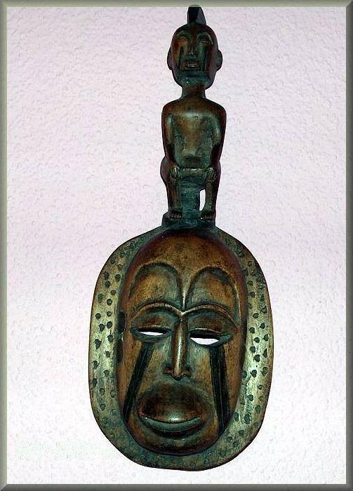 Maske mit Figurenaufsatz. Eventuell Woyo / Kongo, Angola.