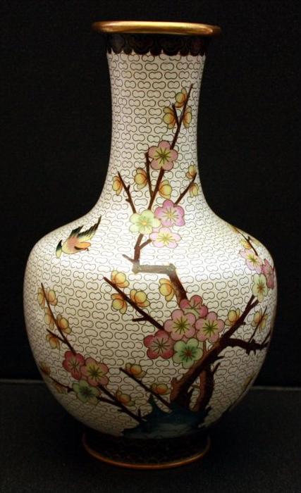 CHINA -CLOISONNÉ - VASE 20. Jh. Bauchige Form mit schmalem Hals, mit floralem Dekor Auf weißem Grund. Maße: Höhe 25,6 cm