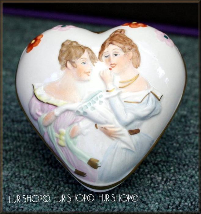 Porzellan-Deckel-Dose in Herzform Marke: Scheibe Alsbach, 1395/A, Im Spiegel 2 Frauen Maße: 10 x 10 x 6,5 cm Zustand: Sa