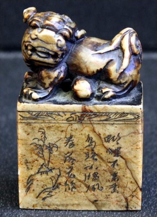 Fohund auf Briefbeschwerer um 19. Jh.Material: SteinMotiv: Landschaften und Häuser in Stein geschnitzt, chinesisches Ged