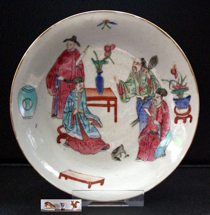 CHINA – Trinkschale, Quianlong-Ära (1736-1795)Marke: roter Granatapfel4 Gelehrte mit Huhn und Glücksattributen. Po