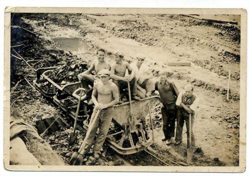Foto, Arbeiter beim Torfstechen? Kleinbildkamera, 8,5 x 5,8 cm