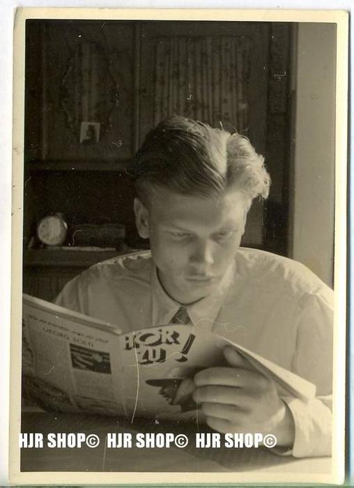 Beim Zeitungslesen, Kleinbild 10  x 7 cm,